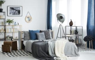 raumwunder | Schlafzimmer einrichten | Wohntextilien mit Blau und Grau und filigranen Möbeln