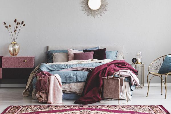 raumwunder | Schlafzimmer einrichten | Wohlfühloase in rosa, blau und gold
